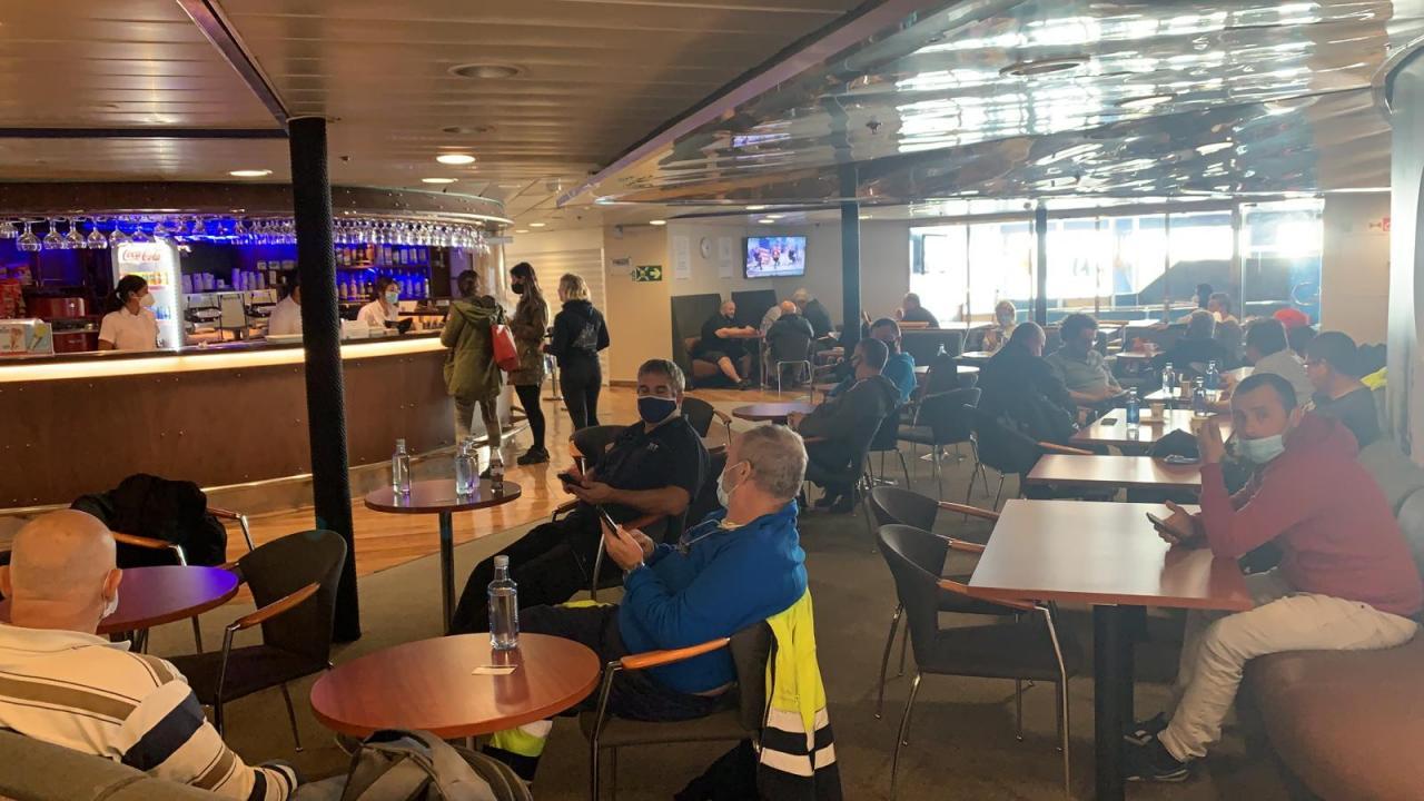 Pasajeros de un ferry de Baleària llevan tres horas esperando la reparación de una avería