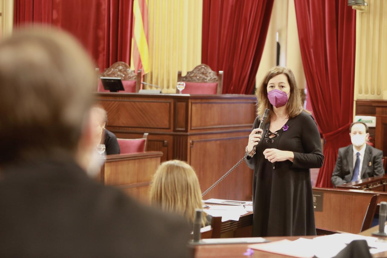 La presidenta del Govern, Francina Armengol, durante su intervención en el pleno