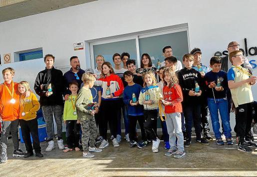 Los jóvenes premiados, con sus trofeos.
