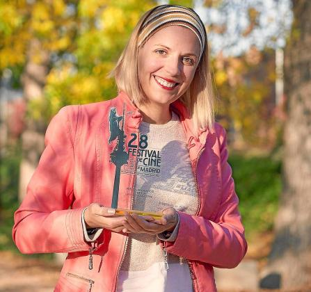 Raquel Troyano, con el premio conseguido en el Festival de Cine de Madrid.
