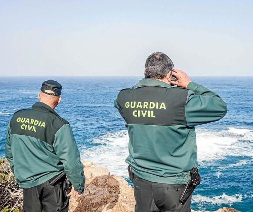 Dos guardias, durante el operativo de búsqueda desplegado en Portinatx.