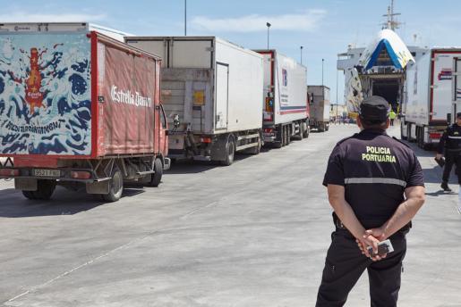 FORMENTERA. TRANSPORTE MARITIMO. Imagen del tráfico de mercancías en el puerto de la Savina, en Formentera. Un 3% más de mercancías en los puertos de Balears durante el primer semestre de 2019