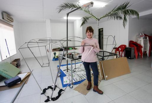 Cármen Cárcel, ayer por la mañana en la sede de la Asociación de vecinos con algunas de las estructuras del traje.