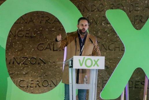 El presidente y candidato a la Presidencia del Gobierno por VOX, Santiago Abascal interviene en un mitin de fin de campaña del partido, en la Plaza de Colón, en Madrid.