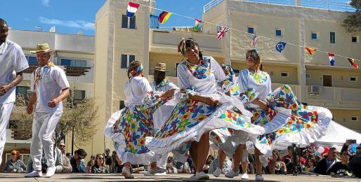 Imagen de uno de los bailes tradicionales que se pudieron ver en la edición del año pasado de la Festa Intercultural de Formentera.