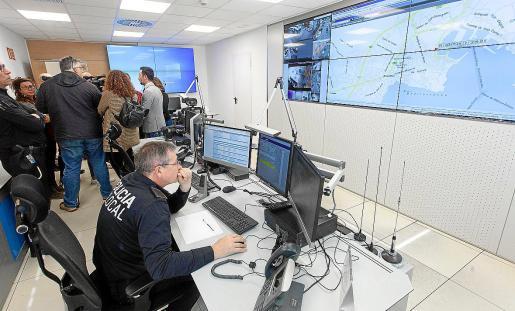 Imagen de la nueva sala de control del 092, donde hay dos agentes permanentemente para atender las posibles emergencias que se piuedan producir.