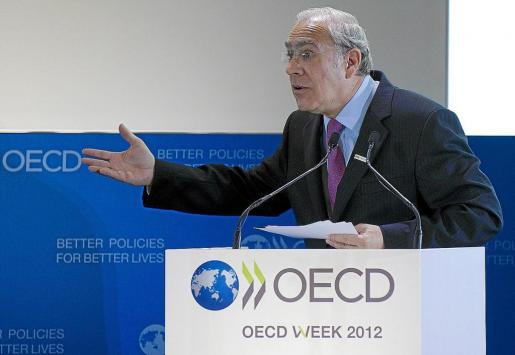 PAR101 PARÍS (FRANCIA) 22/05/2012.- El secretario general de la Organización para la Cooperación y el Desarrollo Económico (OCDE), el mexicano José Ángel Gurría, pronuncia un discurso durante la sesión inaugural del Foro anual de la OCDE celebrado en París, Francia, hoy, martes 22 de mayo de 2012. La OCDE revisó a la baja sus previsiones económicas sobre España y cree que su economía estará en recesión tanto este año, con una caída del 1,6 %, como en 2013, con un nuevo descenso del 0,8 %, en contra de los c