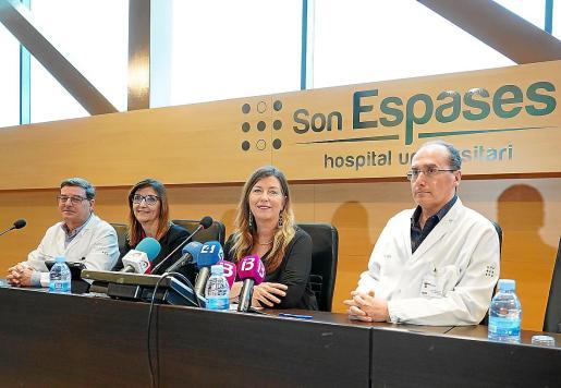 El jefe de Virología de Son Espases, Jordi Reina, la directora de Salut Pública, Maria Antònia Font, la consellera Patricia Gómez y el jefe de Medicina Interna, Javier Murillas.