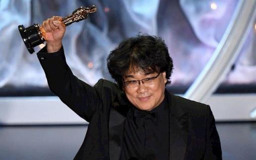 El director de la película 'Parásitos', Bong Joon-ho, durante la ceremonia de los Óscar 2020.