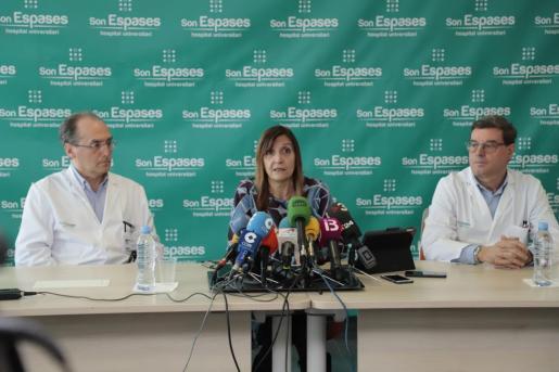 La directora general de Salud Pública, Maria Antònia Font, en el centro, durante la rueda de prensa.