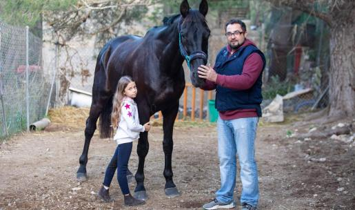 Bartolo Marí 'Sendic' y su hija Miley posan con Sammy, el caballo de la familia que han conseguido recuperar en Mallorca después de muchos días buscándolo.