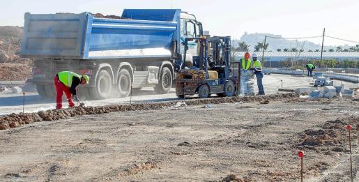 Maquinaria y trabajadores, ayer, en las labores de remodelación de esta carretera, que el Consell d'Eivissa mantiene que tienen que estar acabados a finales de mayo.