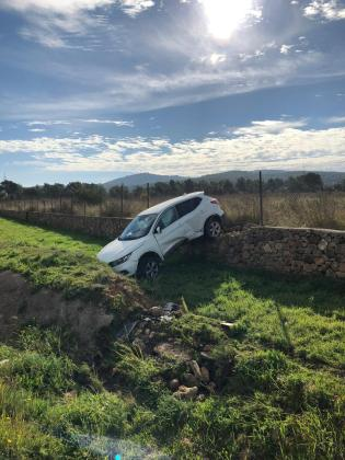 Imagen del coche accidentado en la carretera de Sant Antoni.