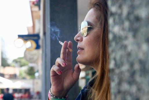 Mujer fumando un cigarro. Ricardo Rubio - Europa Press
