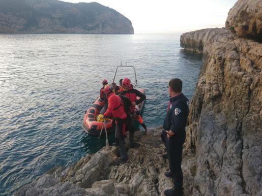 Efectivos del Grupo de Rescate Vertical de los bomberos han descendido hasta el punto donde estaba la víctima