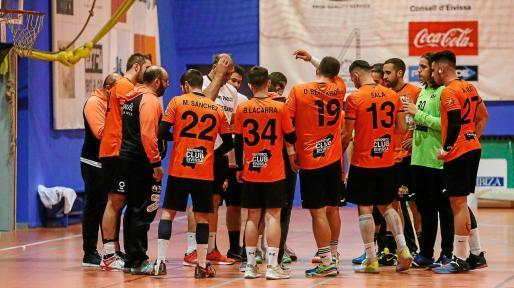 Los jugadores del HC Playasol Eivissa escuchan a Eugenio Tilves durante un tiempo muerto en un encuentro de esta temporada.
