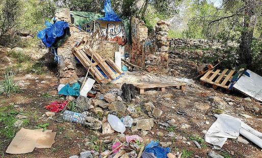 La Policía Local de Sant Antoni localizó el asentamiento ilegal con un dron. En las imágenes, algunos de los detalles de los residuos que retiraron.