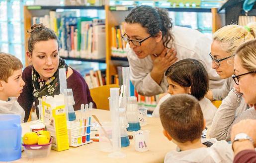 El taller lo impartió ayer por la tarde la doctora en Química y Bioquímica y profesora Eva Tur, en las instalaciones de la biblioteca de Cala de Bou.