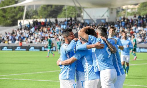 Los jugadores de la UD Ibiza celebran uno de los goles anotados el fin de semana ante el Coruxo.