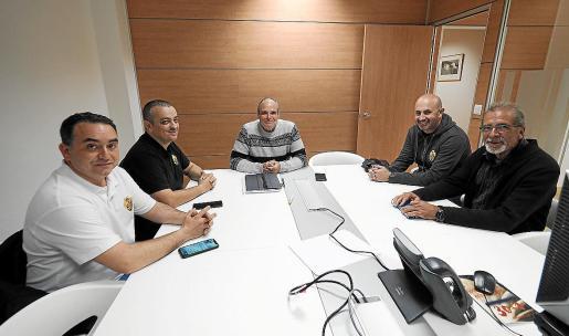 Morrás (c) con los representantes nacionales de Elite Taxi España (d) y Élite Corsaris d'Eivissa.