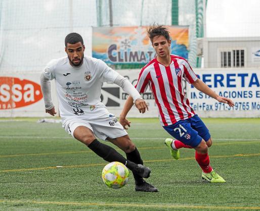 Fran Núñez, con el balón, durante el encuentro entre la Peña Deportiva y el Atlético de Madrid B, disputado en Santa Eulària.