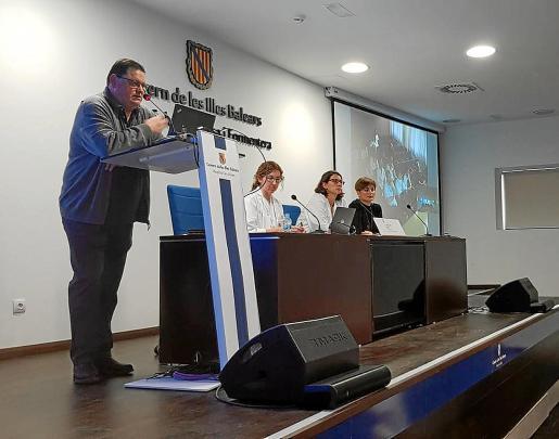 Ramón Canet, explicando el protocolo a seguir a los profesionales del Área de Salud.