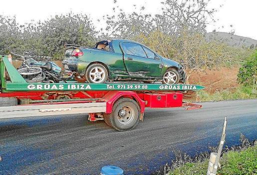 Una grúa retiró las bicicletas y el vehículo implicado en el accidente.