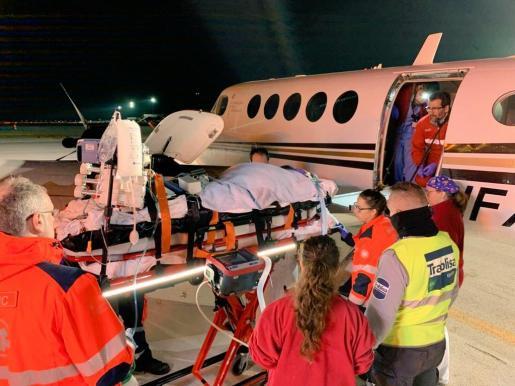 Traslado del enfermo en un avión ambulancia.