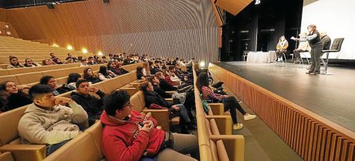 Alumnos de los institutos de Ibiza, en una de las charlas orientativas de la sexta edición de Futuria+ Jove en el Palau de Congressos de Santa Eulària.