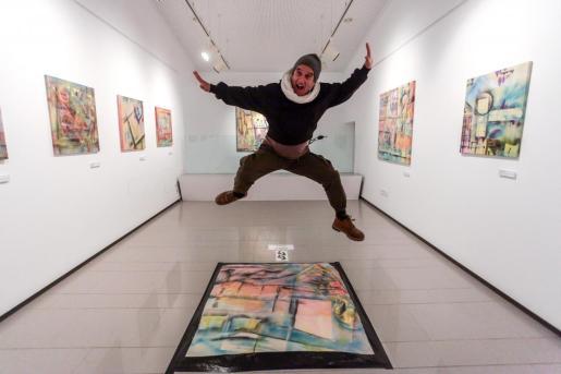 La Sala de Exposiciones de Can Jeroni, en Sant Josep, se vuelve a llenar con obras de distintos artistas afincados en isla para ayudar a estas asociaciones que colaboran en la lucha y la erradicación del cáncer.