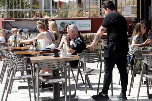 Una imagen de archivo de una terraza de un bar de Ibiza.
