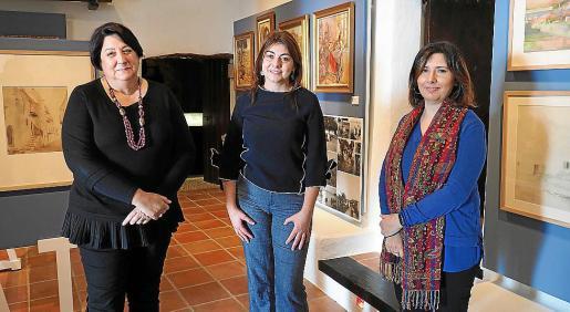 La directora del museo Lina Sansano, la consellera Sara Ramon, y la conservadora del centro Susana Cardona.
