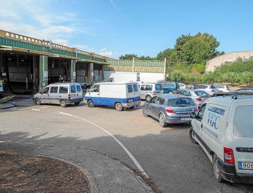 Varios vehículos esperan su turno para pasar la ITV en una imagen de archivo.