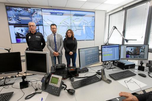 Rafa Ruiz (centro), junto a Rosa Rubio (derecha) y el jefe dimitido de la Policía Local, durante la presentación de la sala del 092.