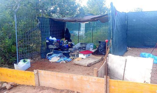 Aspecto que tenía el asentamiento que fue desmantelado por la Policía Local de Ibiza.