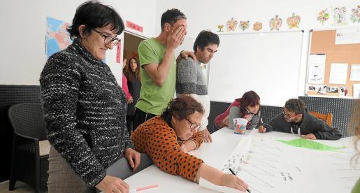 Varios usuarios de este centro trabajan en un mural en una imagen del pasado mes de diciembre.