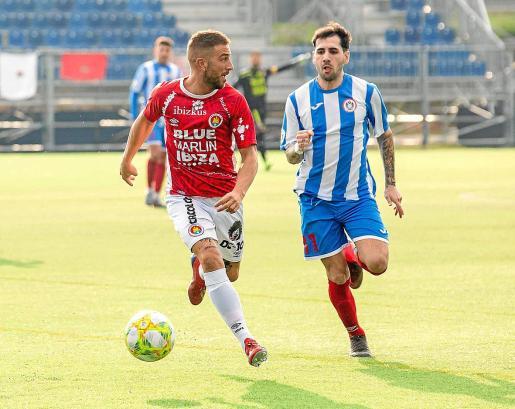 Moreno busca un compañero al que pasarle el balón durante un partido del CD Ibiza de esta temporada.