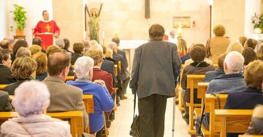 La Capilla de Lourdes de Santa Eulària abarrotada en la Missa d'Homenatge als Majors de 80 anys, oficiada por el párroco de la localidad, Vicent Ribas.