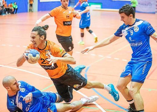Francho, con el balón en su poder, cae al suelo en una acción del partido.