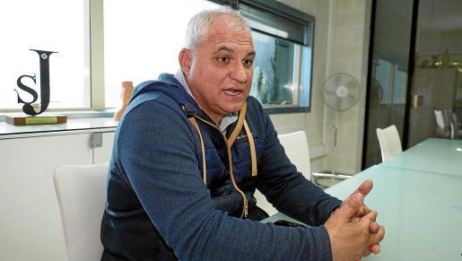 Alejandro Cardell, durante la entrevista en la sede de Periódico de Ibiza y Formentera.