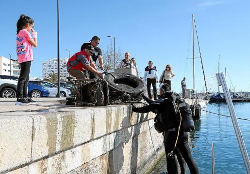Ya ha habido algunas iniciativas para ayudar a limpiar la bahía de Portmany.