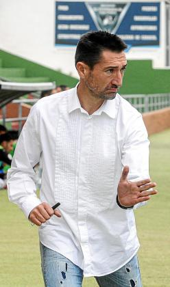 Raúl Casañ da instrucciones a los suyos.