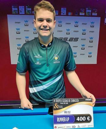 Jonás Souto posa con el diploma de subcampeón Pro del Trofeo Ciudad de Zaragoza.