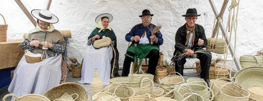 Mucha gente se dio cita en el montículo de Santa Eulària para asistir a una nueva edición de la Feria Artesanal de Puig de Missa y disfrutar de la torrada popular posterior.