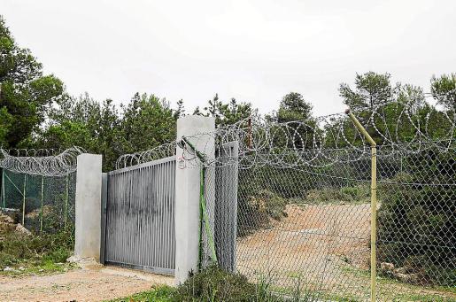 La línea de concertina tiene, al menos, 300 metros de longitud y está ubicada en un terreno de Sant Francesc de s'Estany.
