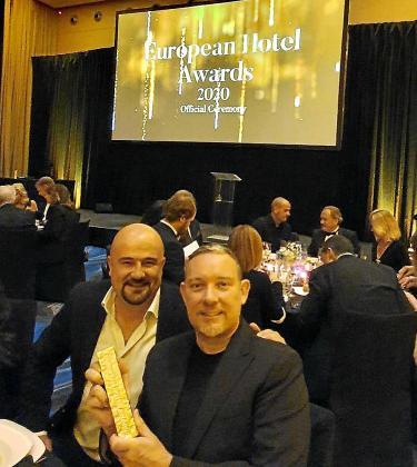 José Corraliza y Albert Adrià, de Heart Ibiza, en el momento de la recogida del galardón.