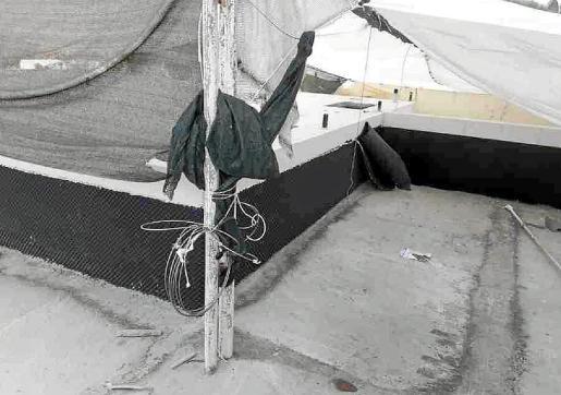 Los trabajadores habían instalado un toldo sobre la piscina para que los vecinos no pudieran ver los trabajos.
