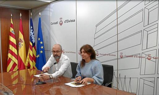 El conseller Vicent Roig y la consellera Sara Ramon, ayer, en rueda de prensa.