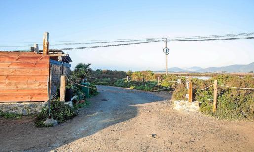 La cadena corta el camino que lleva al puesto de observación de aves de Sant Francesc.