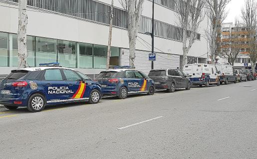 El acusado fue trasladado ayer hasta los juzgados de Ibiza por un vehículo policial.